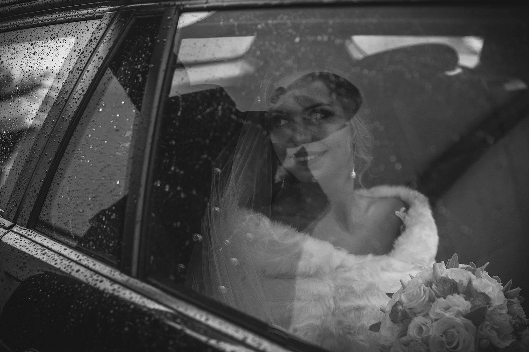 Panna młoda w drodze do sali weselnej
